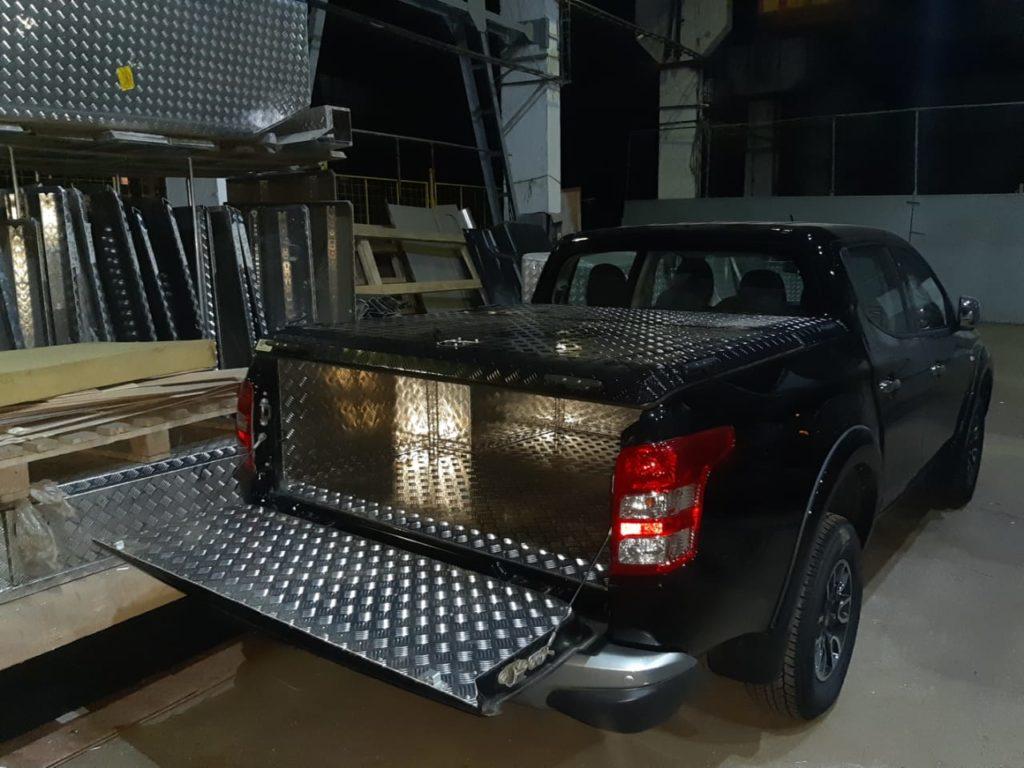 Крышка и обшивка Triffid Trucks на пикап
