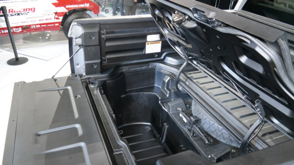Машина пикап Honda Ridgeline серебристого цвета с открытым люком багажника